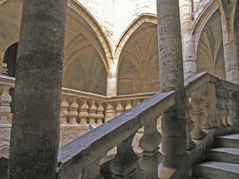 Utazás lakóautóval Béziers - Pezenas belső udvar lépcsővel